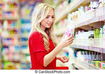 mooie vrouw, kies, persoonlijke zorg, product, in, supermarkt