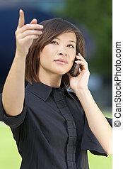 mooie vrouw, kletsende, chinees, pointing., jonge, mobiele telefoon, haar, oosters, aziaat