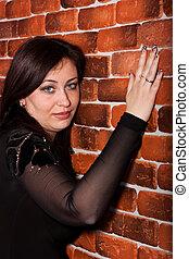 mooie vrouw, leun, baksteen muur