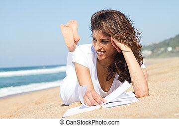 mooie vrouw, lezende , op, strand