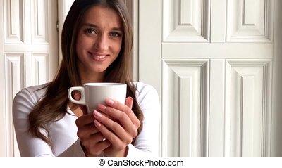 mooie vrouw, manicure, kop, thee, vasthouden
