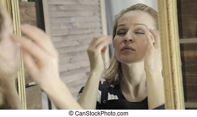 mooie vrouw, massages, haar, hoofd, voor, spiegel, met, sluiting, zijn, eyes