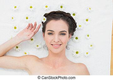 mooie vrouw, met, bloemen, in, knapheid salon
