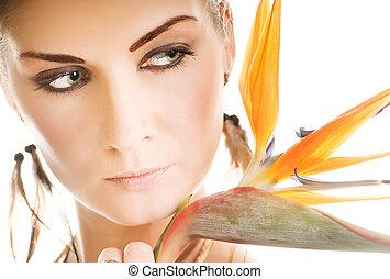 mooie vrouw, met, exotische bloem