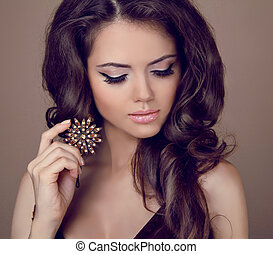 mooie vrouw, met, krullebol, en, avond, make-up., juwelen,...