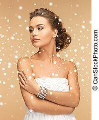 mooie vrouw, met, parel, hangers, en, armband