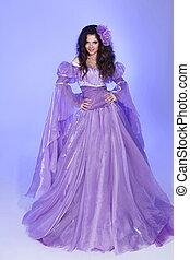 mooie vrouw, model, het poseren, in, lang, chiffon, jurkje, op, paarse , in, de, studio., fantasie, scène