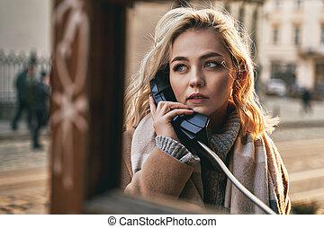 mooie vrouw, ouderwetse , zonnig, jonge, telefoon, avond, roepen, kraam, blonde , vervaardiging, publiek, belangrijk