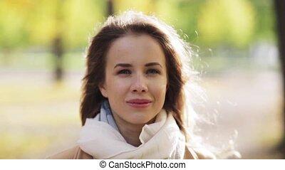 mooie vrouw, park, jonge, herfst, glimlachen gelukkig