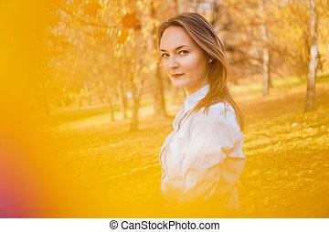 mooie vrouw, park, jonge, herfst, verticaal