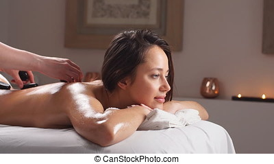 mooie vrouw, relaxen, in, spa, salon, met, warme, stenen, op, body., beautybehandeling, therapy.