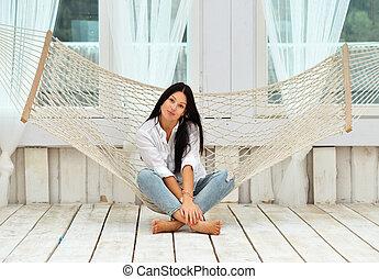 mooie vrouw, relaxen, jonge, hangmat, thuis, het glimlachen