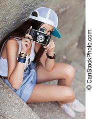 mooie vrouw, schot., jonge, buiten, hipster, retro, camera., style.