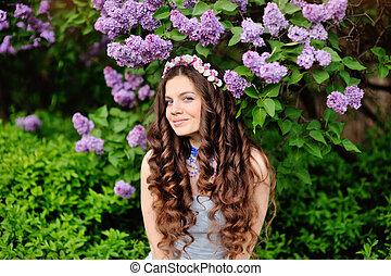 mooie vrouw, sering, jonge, bloemen, buitenshuis, verticaal