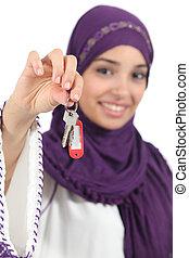 mooie vrouw, sleutels, op, arabier, vasthoudende sluit, thuis