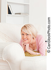 mooie vrouw, sofa, jonge, terwijl, het poseren, het liggen