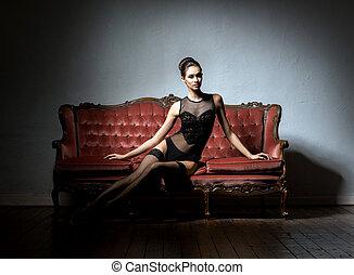mooie vrouw, sofa, ouderwetse , erotische , lingerie, het ...