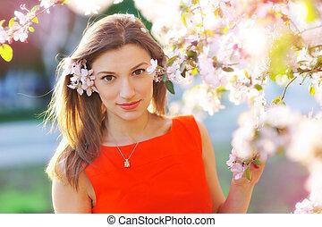 mooie vrouw, tuin, lente, boompje, jonge, bloeien