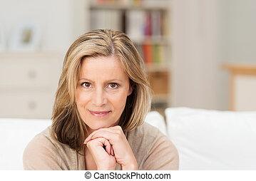 mooie vrouw, van middelbare leeftijd, vriendelijk