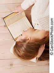 mooie vrouw, vloer, books., jonge, het liggen