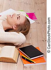 mooie vrouw, vloer, books., kaukasisch, het liggen