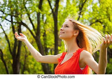 mooie vrouw, wind., natuur, lente, jonge, plezier, het genieten van, hebben