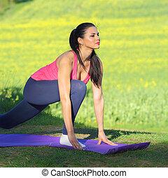mooie vrouw, yoga, natuur, tegen, akker, gebruik, gele