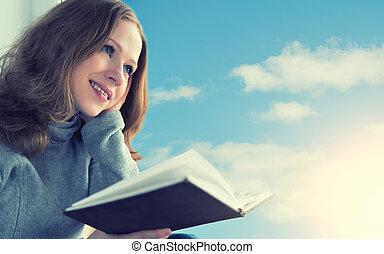 mooie vrouw, zittende , hemel, jonge, terwijl, venster, boek, ondergaande zon , lezende