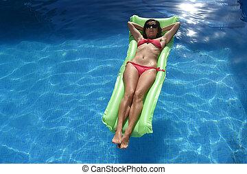 mooie vrouw, zonnebrillen, verslappen, vlotter, hotel, vakantie, vakantiepark, bikini, het liggen, airbed, vrolijke , pool, zwemmen