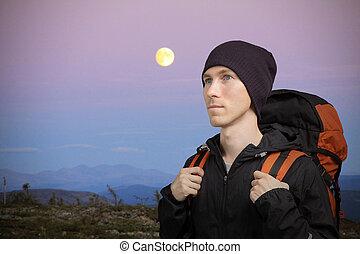moon., jeune, vallonné, nuit, montagnes., sac à dos, paysage, homme