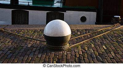 Mooring-mast with ropes