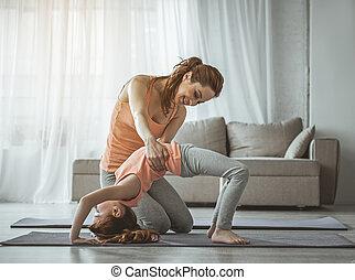 mor, är, portion, dotter, gör, fysisk, träningen, hemma