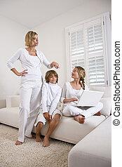 mor børn, på, sofa, bruge laptop