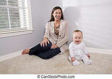 mor, baby, lycklig, sittande, matta