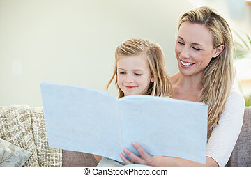 mor datter, læsning, divanen