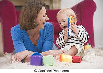 mor, in, vardagsrum, leka, med, baby, le