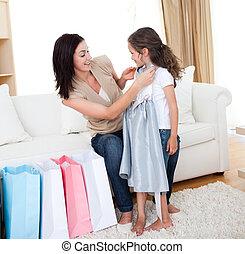 mor, kyssande, henne, liten flicka, efter, inköp