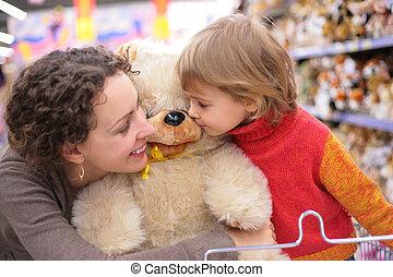 mor, med, dotter, och, len leksak