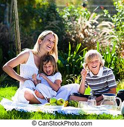 mor, och, henne, barn spela, in, a, picknicken, in, a, parkera
