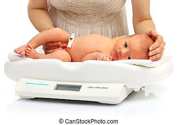 mor, och, henne, nyfödd baby, på, a, viktscale