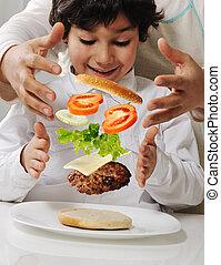 mor, och, liten pojke, med, burger, in, räcker