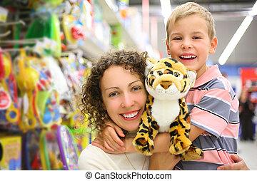 mor och son, med, len leksak, in, butik