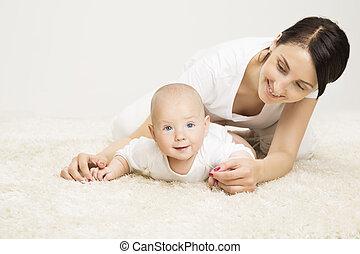 mor, og, krybende, baby, infant, barn, rejst, anføreren, aktiv, barnet, og, glad mor, liggende, på, gulvtæppe