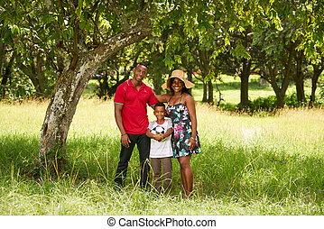 mor, pappa och barn, le, kamera, med, fotboll