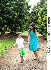mor, vandrande, frukt fruktträdgård, son