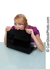 morder, computador portatil, mujer, joven, ella