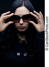 morena, óculos sol cansativo