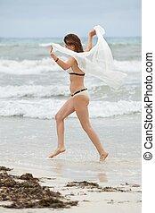 morena, atraente, mulher, despreocupado, ligado, praia, verão, liberdade