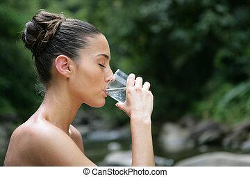 morena, bebida, un, vidrio agua, aire libre