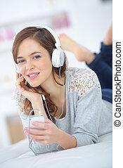 morena, bonito, algum, jovem, escutar música, menina